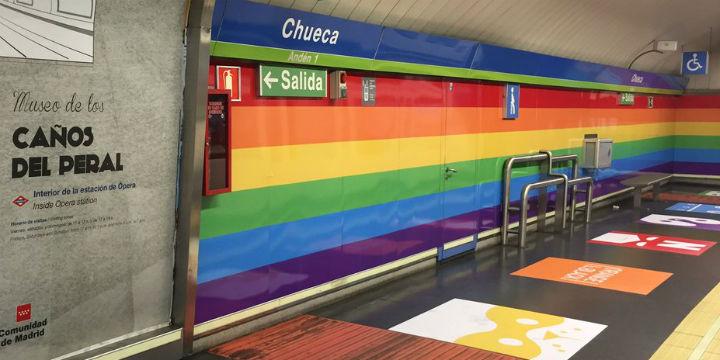 Regenbogen-Design für U-Bahn-Station im Szeneviertel von Madrid